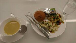 パンプキンスープとパンとサラダ