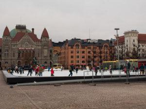 ヘルシンキでスケートをする人々