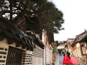 北村韓屋村とチマチョゴリを着た女性