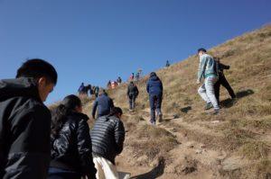 サランコットの丘を登る人々